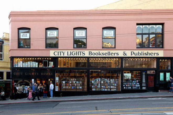 Книжный магазин розового цвета