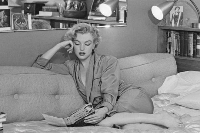 Монро читает
