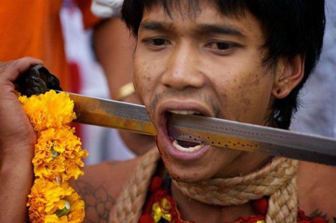 Мужчина с мечом в щеке
