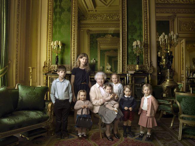 Королева с детьми