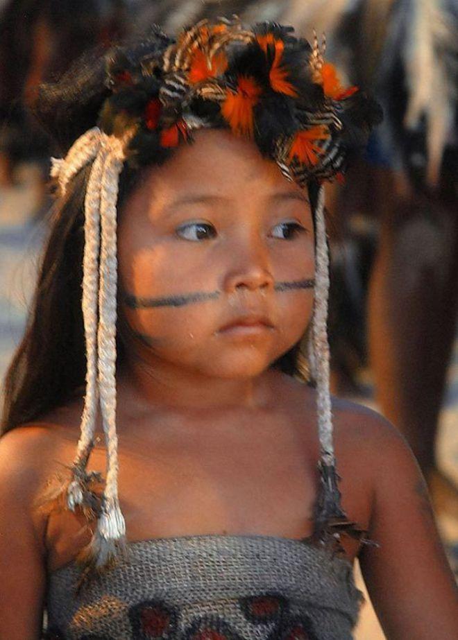 Ребенок с перьями на голове