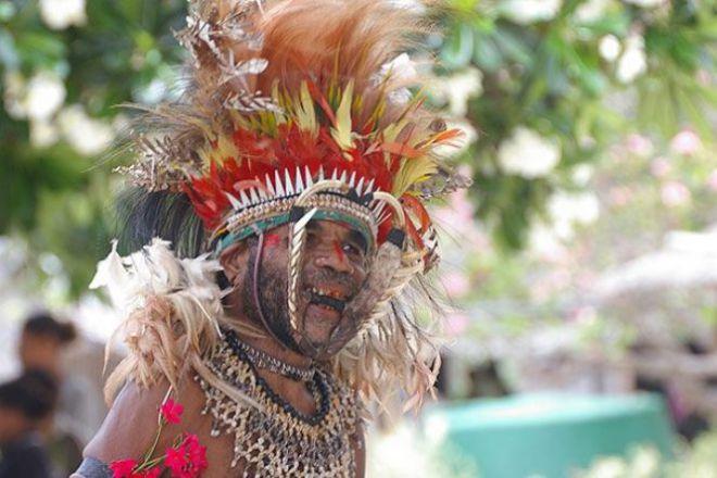 Абориген в видном головном уборе