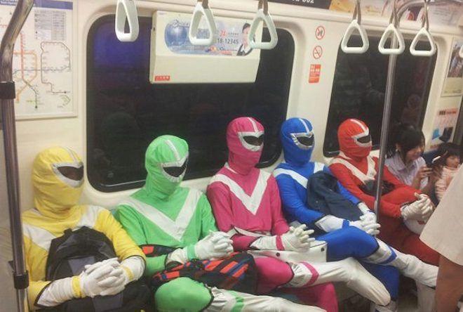 Компания в разноцветных костюмах