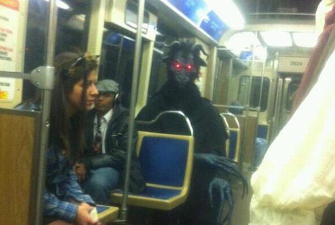 Человек в костюме монстра