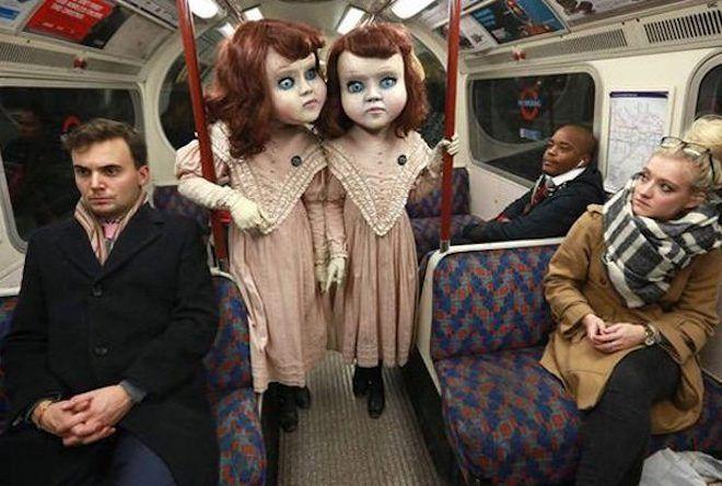 Пара в костюмах близняшек