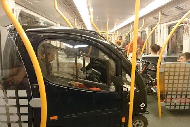 Маленькая машинка в вагоне