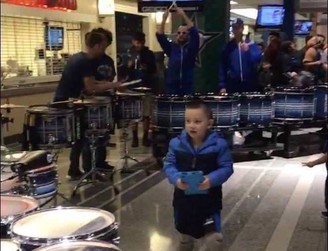 Мальчик среди музыкальных инструментов