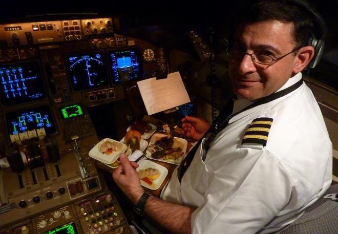 Пилот и его помощники едят разную пищу