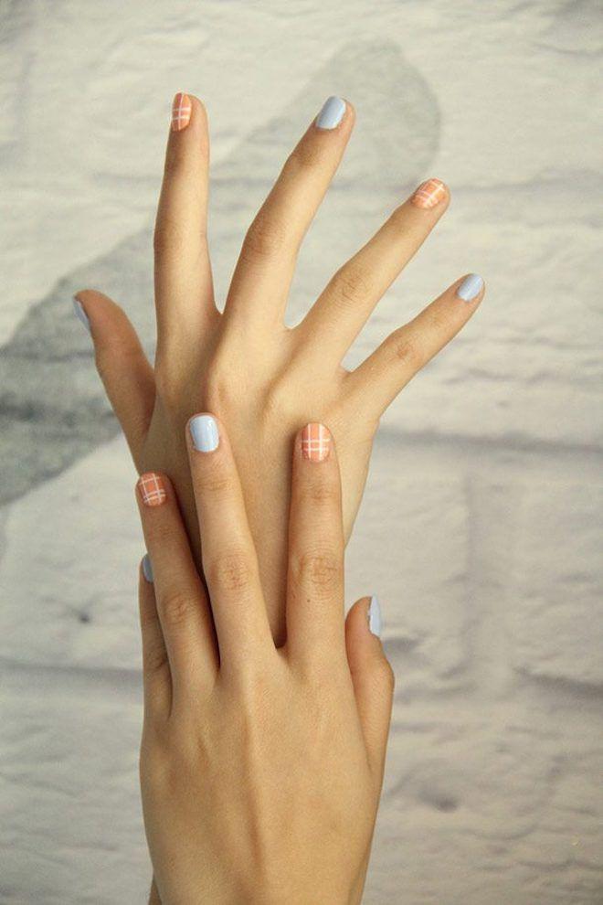 Руки с маникюром