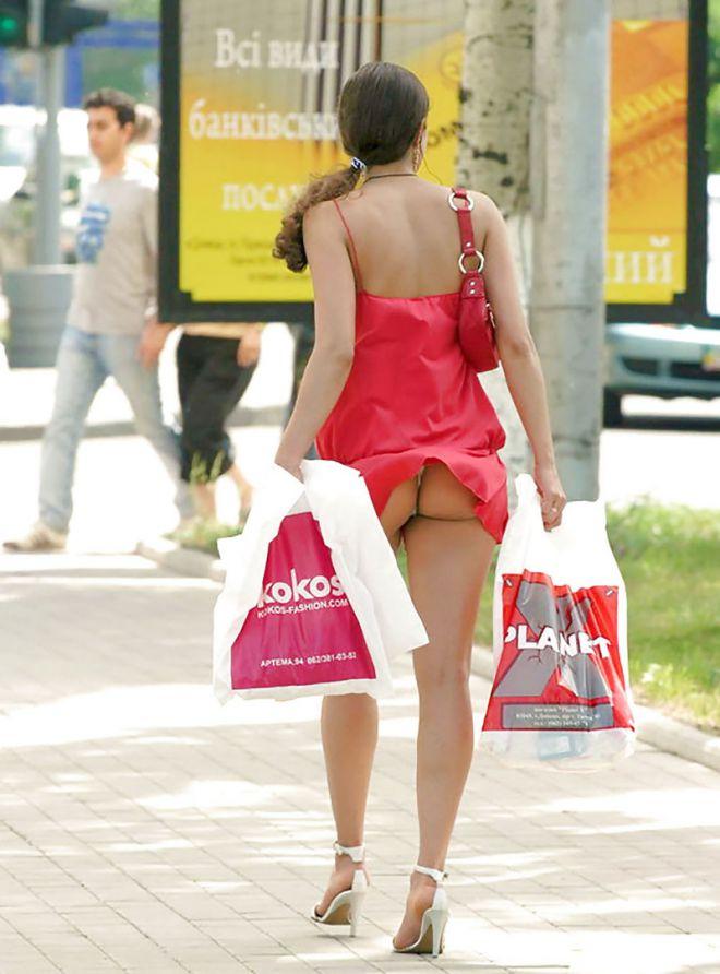 прям взяли мужчина поднял юбку женщине сфоткал уже закинуты