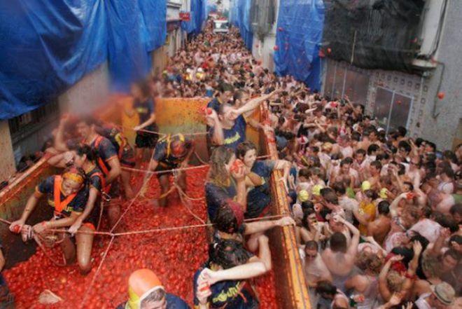 Люди в кузове с помидорами