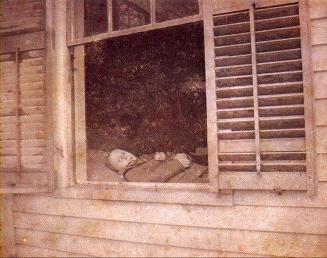 Широко-используемый прием – мертвый смотрит из окна
