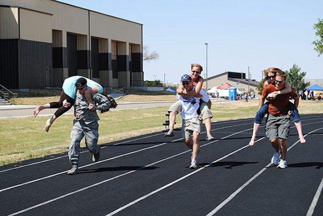 Соревнования по бегу с женами на плечах