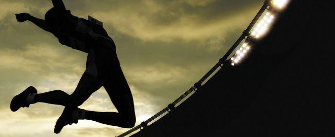 Спортсмен прыгает