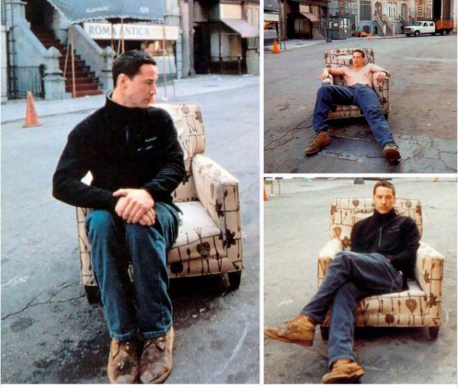 Киану на кресле посреди улицы