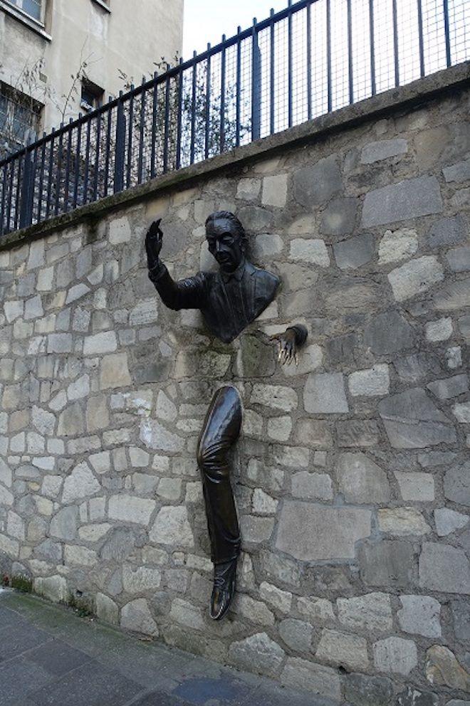 Статуя в стене