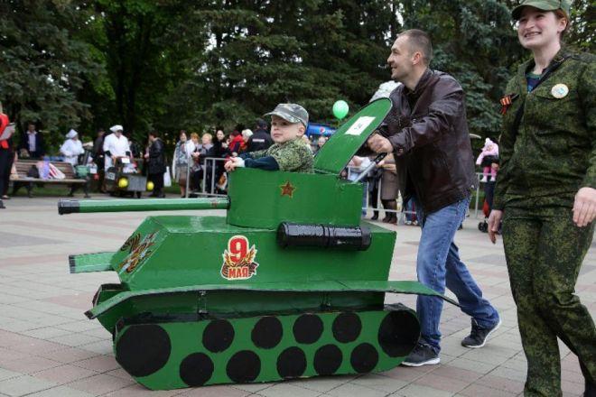 этот танк едет