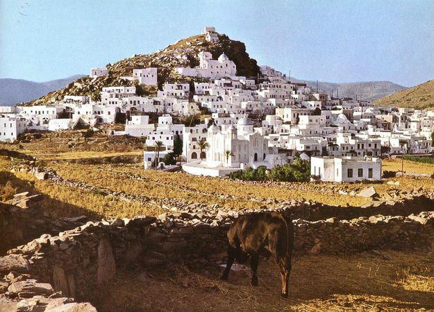 Лошадь и домики на скале