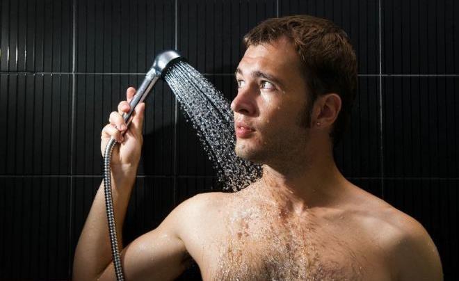 Часто принимает душ
