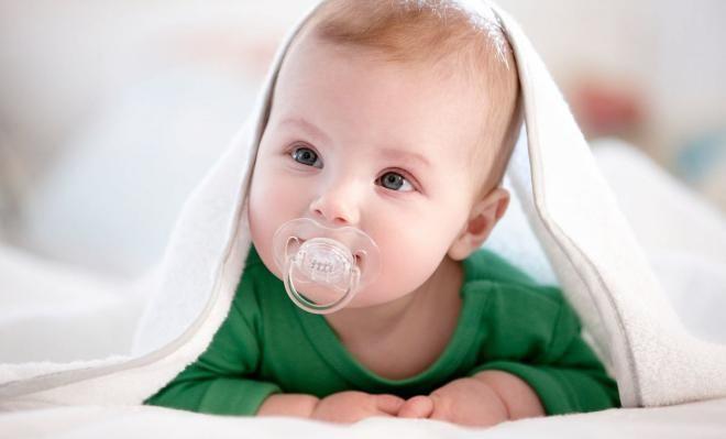 Чтобы ребенок успокоился, нужно смазать соску медом