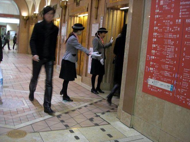 Девушки у лифта