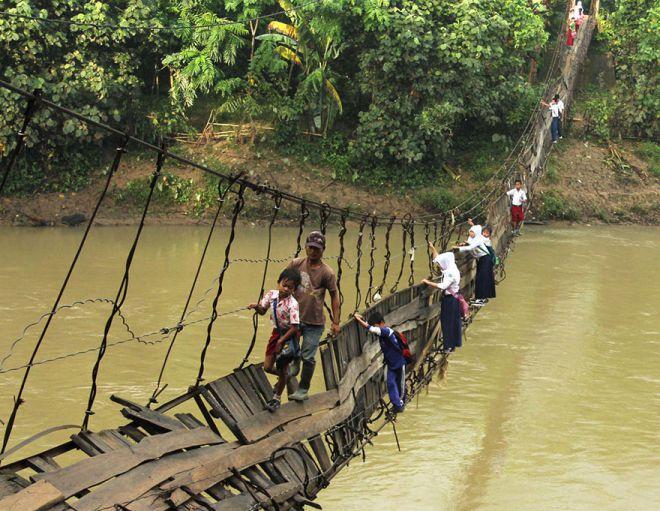 Поврежденный мост в Индонезии