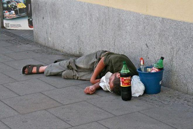 Человек лежит на улице