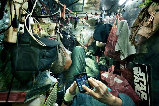 Житель гробницы со смартфоном