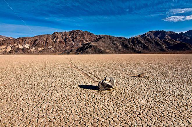 движущиеся камни в пустыне