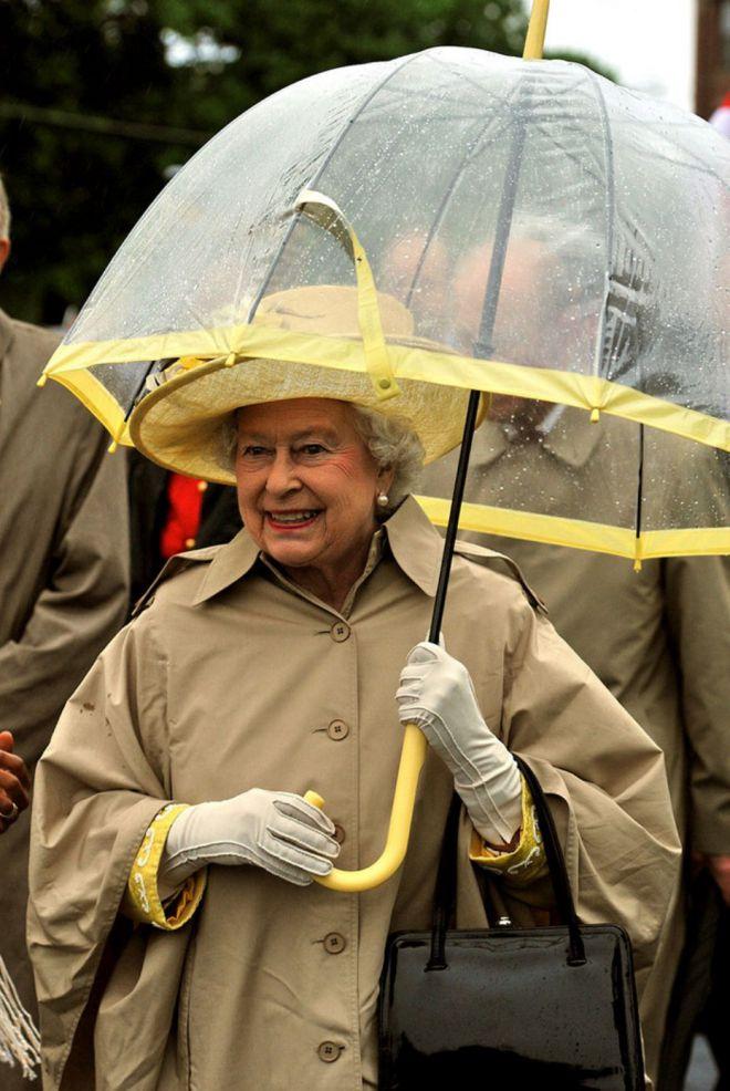 Зонты Елизаветы II всегда совпадают с тоном ее наряда изоражения