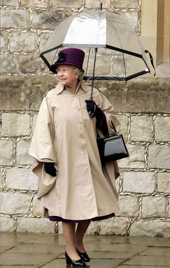 Зонты Елизаветы II всегда совпадают с тоном ее наряда
