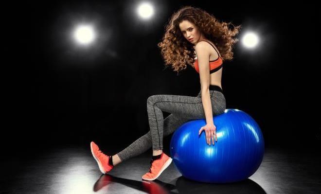 Просмотр любимого сериала, сидя на мяче для фитнеса