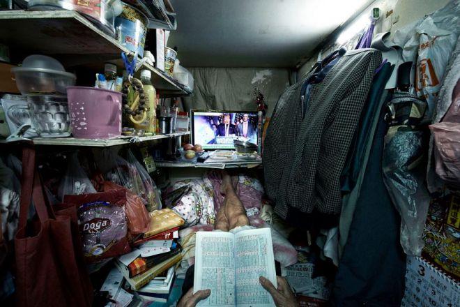 Житель гробницы читает газету