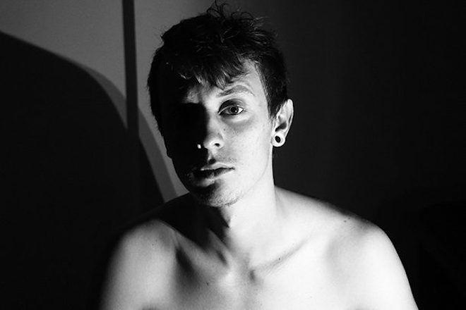 Молодой человек с туннелями в ушах