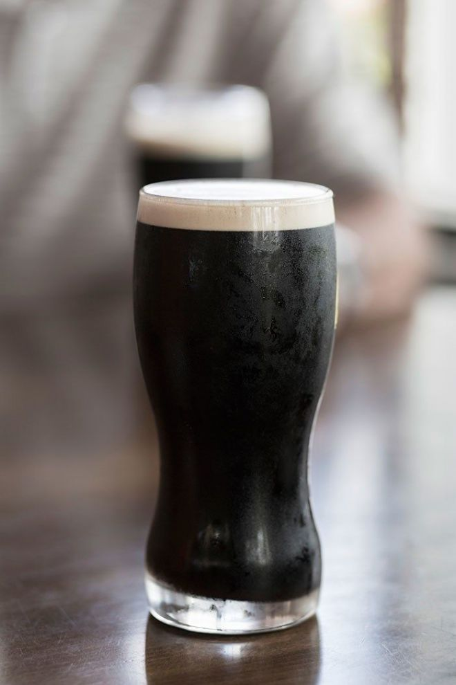 Стакан темного пива