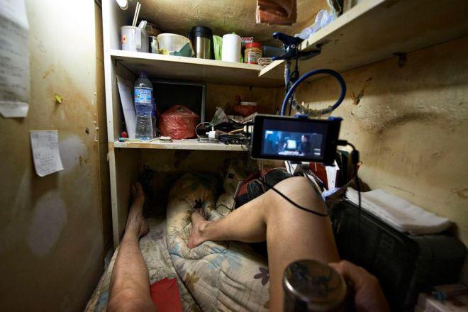 Житель гробницы смотрит кино на смартфоне