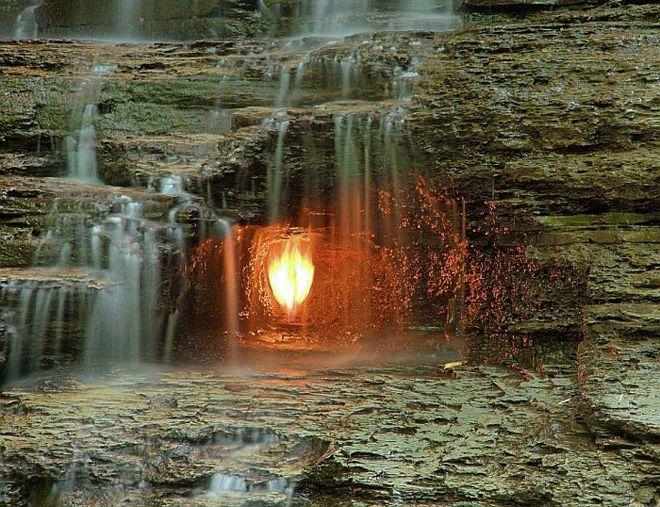 огонь в водопаде