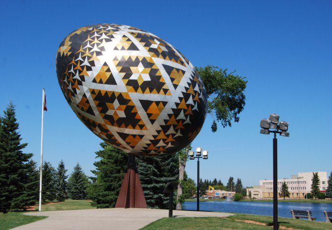 самое большое разукрашенное яйцо можно найти в Канаде