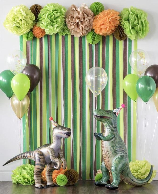 Фотозона с веселыми динозавриками