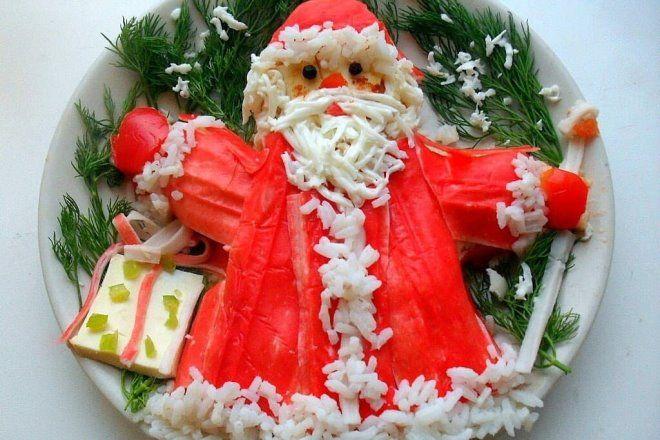Крабовый салат в виде деда Мороза