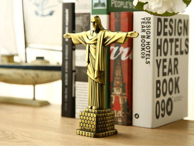 не такая большая но все же статуя