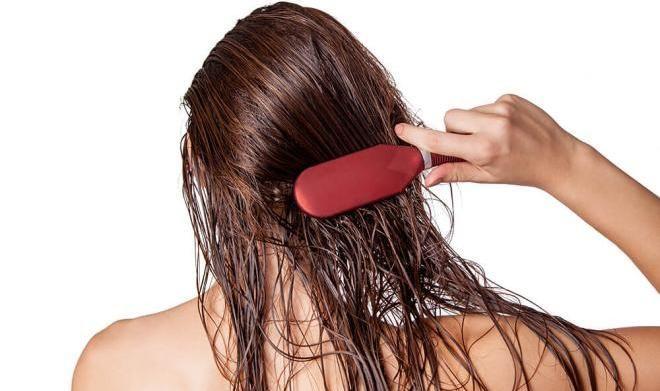 Нельзя расчесывать волосы сразу после того как помыли