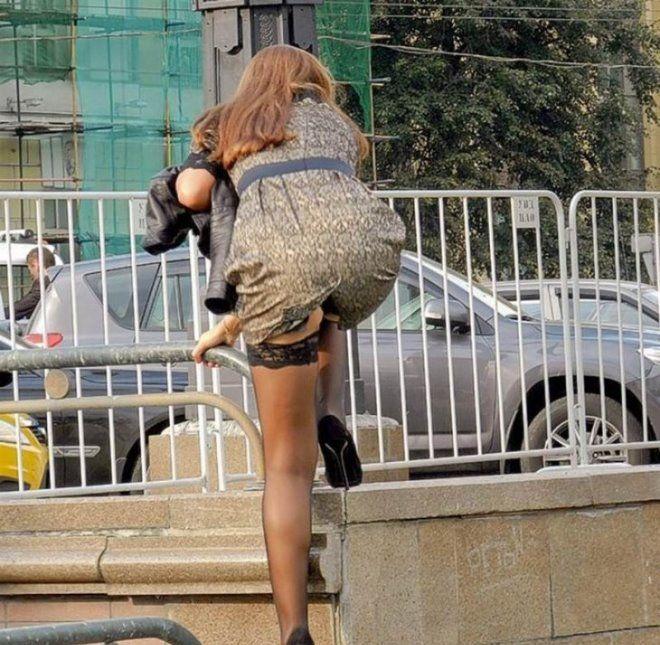 Женщина в юбке может все, даже перелезть через забор