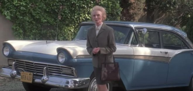 Дама возле авто