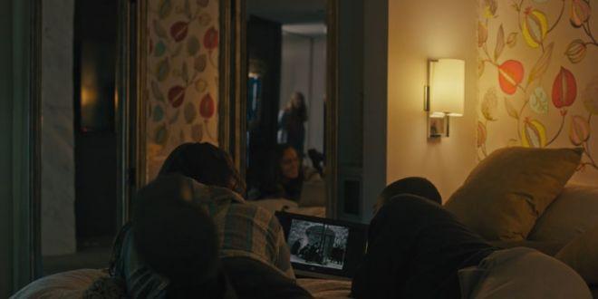 Подростки смотрят фильм