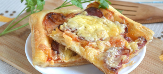 Пицца из слоеного теста в духовке - рецепт