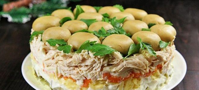 слоеный салат полянка с шампиньонами и курицей