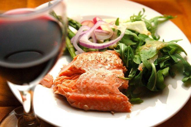Красное вино и красная рыба