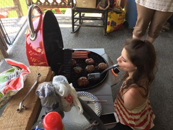 Она любит готовить