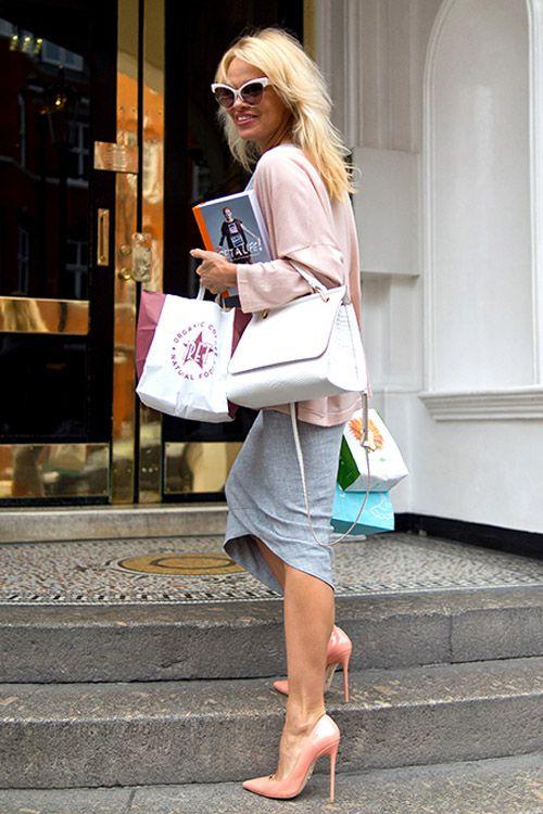 Памела Андерсон возле посольства Эквадора в Лондоне, где живет Джулиан Ассанж